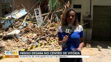 Imóvel de dois andares abandonado desaba no Centro de Vitória - Não há informações de feridos. Os bombeiros e a Defesa Civil foram ao local para avaliar os danos e verificar os imóveis vizinhos.