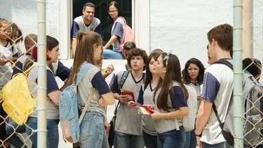 Fafi, Anjinha e Jaqueline se revoltam com as atitudes de Diana e Marquinhos - As meninas reclamam do jogo sujo de oferecer brindes em troca de votos para a eleição do grêmio