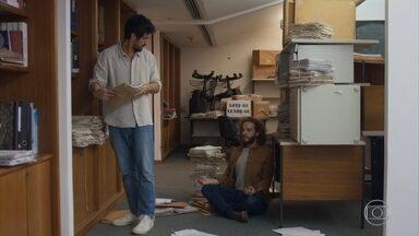 Marcos continua a busca por pistas do livro de Erick - Ele vasculha os pertences de Tomás