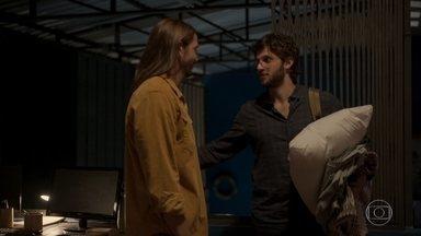 Davi abriga Danilo - O rapaz procura o ambientalista após brigar com Thelma