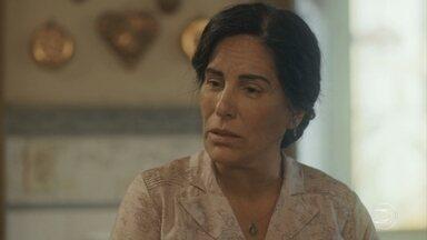 Isabel mente para Lola e diz que vai ao clube com Soraia - Lola não gosta muito, mas Clotilde intercede pela sobrinha
