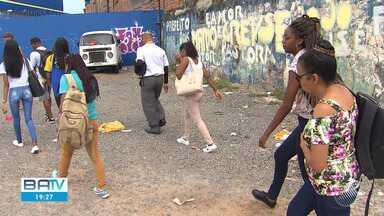 Bandidos assaltam ônibus com cerca de 50 passageiros no bairro de Plataforma, no Subúrbio - O coletivo que fazia a linha Paripe - Barroquinha foi abordado por bandidos, que aterrorizaram as vítimas.