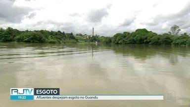 Rio Guandu, que abastece casas do Rio, recebe água com esgoto - Segundo carregamento de carvão ativado, que melhoraria a qualidade da água, atrasou e só deve ser entregue à Cedae no domingo (18).