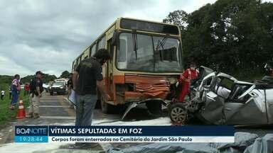 Família morta em acidente é enterrada em Foz - Cinco pessoas morreram em batida na BR-277