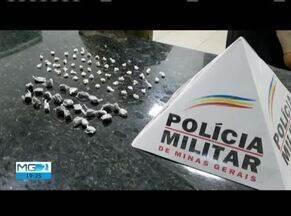 Homem de 20 anos e três adolescentes são presos por tráfico de drogas em Caratinga - 26 buchas de maconha e 52 pedras de crack foram encontradas com os suspeitos.