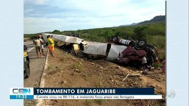 Carreta carregada de pneus vira na BR-116 em Jaguaribe - Confira mais notícias em g1.globo.com/ce