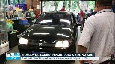 Ex-funcionário usa carro para invadir supermercado no Leblon - Ninguém ficou ferido. Caso foi levado para a delegacia.