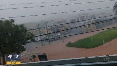 Chuva provoca estragos em Cássia e Carmo da Cachoeira, MG - Em Cássia, muro desabou em cima de carro