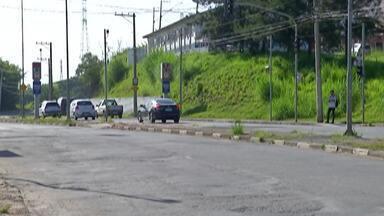 Prefeitura e engenheiros de Mogi vistoriam a avenida Engenheiro Miguel Gemma - Ação visa encontrar alternativas para melhorar a via, enquanto prefeitura consegue recurso para revitalização.