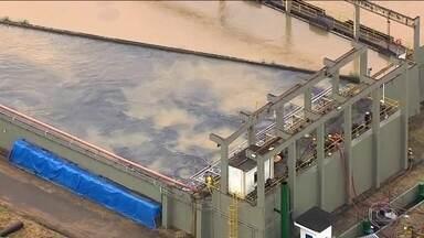 Cedae começa a usar carvão ativado no Guandu para melhorar água do Rio de Janeiro - Segundo especialistas, o carvão tem o poder de neutralizar a geosmina, substância produzida por algas e que, segundo a Cedae, está causando o gosto ruim e o cheiro estranho na água.