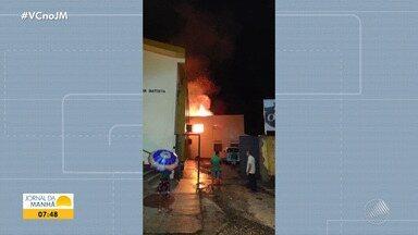 Coaraci: Prédio da antiga escola Pestalozzi é atingido por incêndio - Uma igreja fica aos fundos do imóvel, mas não foi atingida. Ninguém ficou ferido.