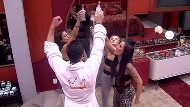 Petrix convida Bianca, Gabi e Mari para entrar no Quarto do Líder e eles brindam - Brinde no Quarto do Líder