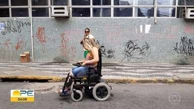 Cadeirante sofre dificuldades para circular por calçadas do Recife - Estudante de direito tem 26 anos e não consegue usar a cadeira para passar por calçadas de ruas como a Gervásio Pires, no Centro.
