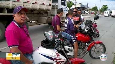 Detran faz blitz para orientar motociclistas sobre cuidados com linhas de pipa com cerol - Uso da antena corta-pipa é uma das recomendações feitas pelos agentes para evitar acidentes.
