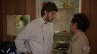 Danilo descobre que Thelma fechou seu restaurante - Oliveira avisa o rapaz