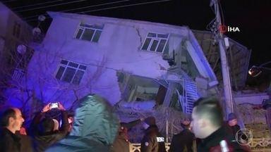 Pelo menos 18 pessoas morrem em um terremoto que atingiu o Leste da Turquia - Terremoto teve magnitude de 6,8 graus de magnitude. A Turquia fica numa região de encontro de placas tectônicas e a ocorrência de terremotos é frequente.