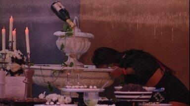 Flayslane bebe água da fonte durante festa no BBB - Flayslane e sua eterna sede