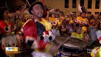 Blocos tradicionais realizam cortejo em São Luís - Batida inconfundível animou quem estava saindo do trabalho e fez muita gente cair na folia do pré-carnaval de rua da ilha.