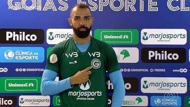 Goiás apresenta experiente volante Sandro, principal reforço da temporada - Após 10 anos na Europa, jogador chega ao Verdão e deve aprimorar forma física antes de estrear.