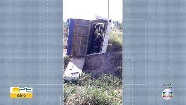 Ônibus vindo de Catende tomba na PE-60, em São José da Coroa Grande - Segundo BPRV, feridos tiveram apenas escoriações.