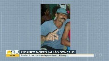 Enterrado o pedreiro morto em São Gonçalo - A PM afirma que bandidos atiraram contra policiais. Mas a família de Jorge Elias diz que a polícia chegou atirando.