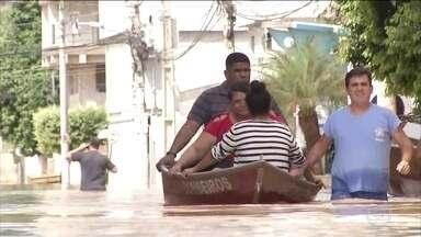 Seis mil pessoas, em oito cidades, foram forçadas a sair de casa no RJ - Moradores das regiões norte e noroeste do Rio de Janeiro sofrem com as chuvas. Em Porciúncula, um homem morreu. O município decretou situação de emergência.