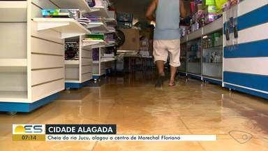 Cheia do rio Jucu alaga parte do centro de Marechal Floriano, ES - A população correu pra conseguir salvar o que tinha em casa.