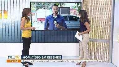Jovem é morta a facadas durante briga na rua com outra mulher em Resende - Vítima é Bruna de Souza Baptista, de 21 anos. Machucada, suspeita foi levada para o hospital antes de ser presa. Crime aconteceu no bairro Fazenda da Barra III.