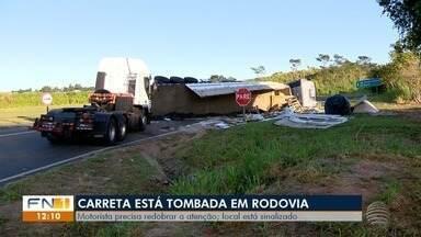 DER trabalha para retirar carreta tombada de rodovia em Taciba - Motorista precisa redobrar a atenção. Local está sinalizado.