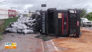 Caminhão carregado de carvão tomba em avenida de Montes Claros - Acidente provocou vazamento de óleo e os bombeiros jogaram serragem no local; motorista sofreu ferimentos leves.