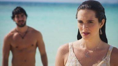 Luna é surpreendida por Juan na praia - Ela se esquiva de beijo e Juan se declara após perdir perdão
