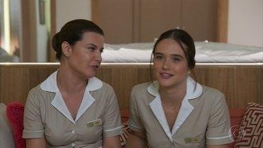 Luna trabalha no resort em Cancún - Ela é flagrada assistindo novela durante o serviço e é repreendida pelo patrão