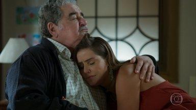 Alexia visita o avô e ganha um presente especial - A atriz relembra sua trajetória profissional no teatro