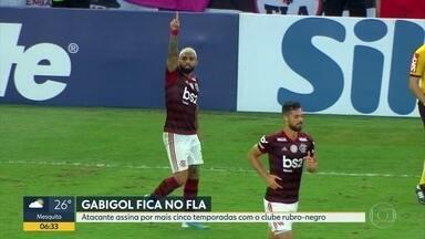 Gabigol assina contrato com o Flamengo até dezembro de 2024 - Atacante assina por mais cinco temporadas com o clube Rubro-Negro.