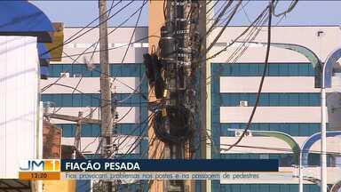 Fios enrolados em postes colocam em risco a segurança da população em São Luís - As vezes, o emaranhado de fios acaba caindo sobre as calçadas.