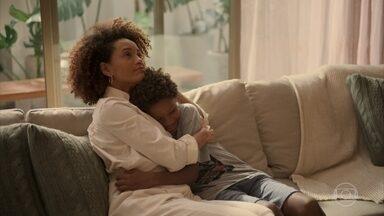 Vitória conta para Tiago que eles viverão uma nova fase em suas vidas - A advogada explica que eles vão enfrentar as mudanças juntos e que o filho terá orgulho dela no futuro