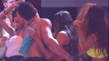 """Petrix sensualiza com Flayslane - Brothers dançam """"Despacito"""""""