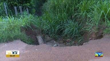 Chuva forte aumenta buraco em Santa Inês - Erosão provocada pelas chuvas fortes das últimas semana tem feito aumentar o tamanho de um buraco em uma avenida de muito fluxo de veículos na cidade e ameaça a pedestres e motoristas.