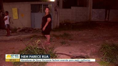 Moradores de Novo Horizonte fecham avenida em protesto para pedir melhorias - Moradores fecharam a principal avenida do bairro para pedir melhorias numa rua que nem parece que é rua. A via é cheia de buracos e muitos problemas.