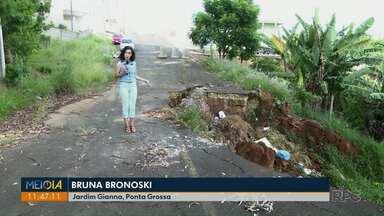 Cratera no Jardim Gianna, em Ponta Grossa, completa seis anos sem solução - Secretário de Serviços Públicos, Márcio Ferreira, diz que problema deve ser resolvido em abril deste ano.
