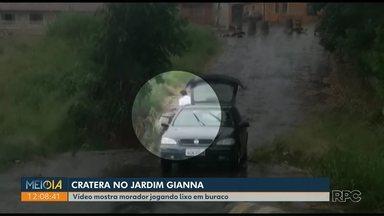 Vídeo mostra motorista jogando lixo em cratera no Jardim Gianna, em Ponta Grossa - Decreto municipal prevê multa de pelo menos R$ 2,5 mil. Denúncias podem ser feitas pelo 156.