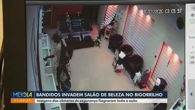 Bandidos invadem salão de beleza no Bigorrilho - Eles levaram os produtos usados pelos profissionais e imagens das câmeras de segurança flagraram toda a ação.