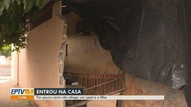 Motorista suspeito de embriaguez atinge muro e invade casa no distrito de Ribeirão Preto - Picape destruiu muro da lavanderia, mas nenhum morador ficou ferido. Acidente ocorreu em Bonfim Paulista (SP).