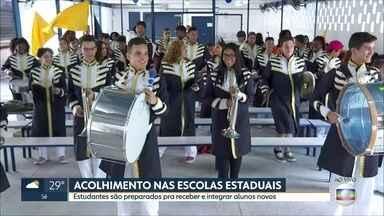 """Estudantes se preparam pra receber alunos na volta às aulas - Programa """"Jovens Acolhedores"""" funciona em todas as escolas estaduais de São Paulo"""