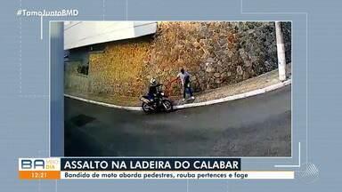 Flagrante: Câmeras de segurança registram motociclista assaltando pedestres no Calabar - Imagens mostram o bandido abordando a vítima, roubando os pertences e fugindo logo em seguida.