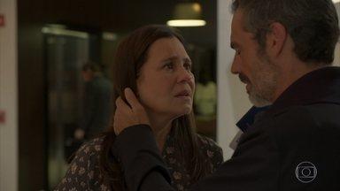 Thelma desiste de viajar após ficar sabendo do ocorrido com Camila - Ela explica para Gabo que não pode abandonar Danilo em um momento difícil