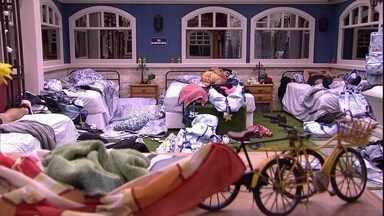 Após toque de despertar, brothers dormem no BBB20 - Após toque de despertar, brothers dormem no BBB20