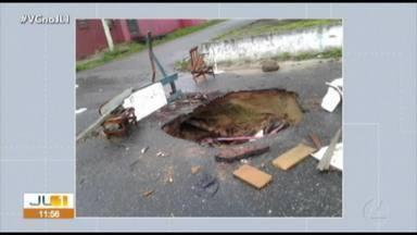 Moradores denunciam enorme buraco na rua WE-8 com SN-8, no conjunto Satélite, em Belém - Moradores denunciam enorme buraco na rua WE-8 com SN-8, no conjunto Satélite, em Belém