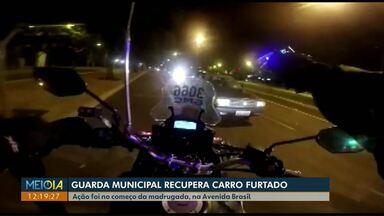 Guarda Municipal recupera carro furtado no pátio da rodoviária de Cascavel - O ladrão foi seguido por um guarda que recuperou o carro na Praça do Migrante.