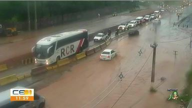 Chuva forte alaga ruas e avenidas e complica vida de motoristas e pedestres em Fortaleza - Saiba mais no g1.com.br/ce